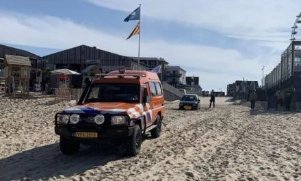 Auto vast in zand strandopgang Egmond: calamiteitenoprit geblokkeerd